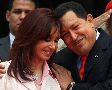 Mars 2008. Chávez salue son homologue argentine, Cristina Fernández de Kirchner, à Caracas.