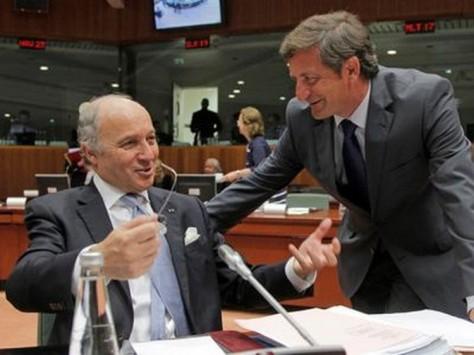 Durant le Conseil européen, le ministre français des Affaires étrangères, Laurent Fabius, se félicite de sa victoire auprès de son collègue slovénien.