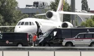 Le président bolivien Evo Morales embarque à bord de son avion, à l'aéroport de Vienne le 3 juillet 2013 afp.com
