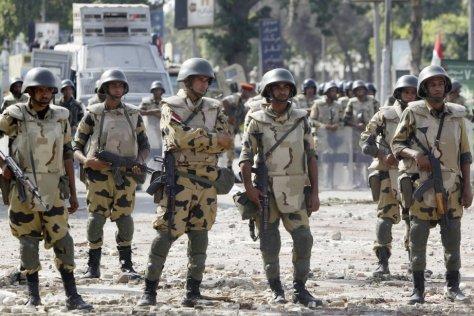 714632-soldats-egyptiens-pris-position-caire