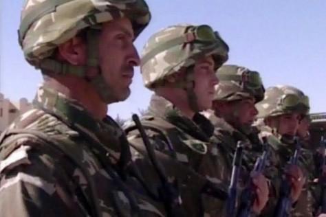 """Soldats de l'armée algérienne. Depuis quelques temps, l'armée algérienne a dépêché d'importants renforts militaires aux frontières avec le Mali, la Libye et la Tunisie pour parer à toute infiltration terroriste transnationale. Cette armée étudie minutieusement depuis 2003 les réactions des armées serbe, irakienne, libyenne et syrienne au cours des conflits ayant affecté les Balkans, le Caucase et la région du Proche-Orient pour en tirer """"des leçons""""…"""