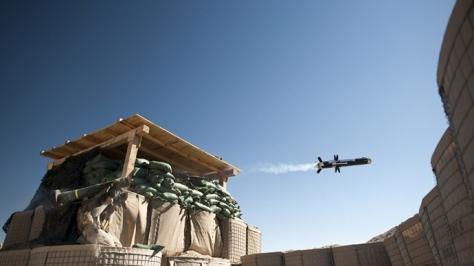 Un Marine américain du 1er bataillon, 8e Marines, Compagnie Bravo lance une missile antichar FMG-148 Javelin  au Mirage Patrol base, Musa Qala district, province de Helmand, le 8 Février 2011. (AFP Photo / Dmitry Kostyukov)