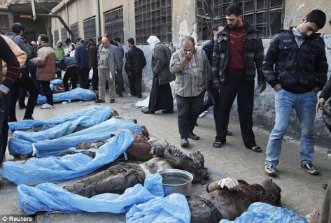 De nombreuses pertes : les familles tentent d'identifier les corps des combattants syriens abattus et jetés dans une rivière dans la ville syrienne d'Alep aujourd'hui.