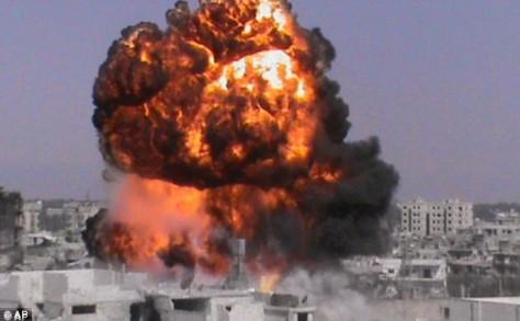 Jeux de guerre: Une explosion dans la ville syrienne de Homs le mois dernier. Il a été maintenant suggéré que les Etats-Unis encouragent le recours à des armes chimiques pour déclencher une intervention militaires internationales.