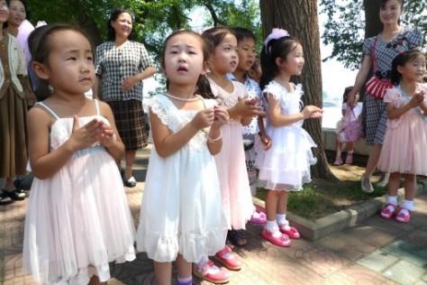 Enfants sud-coréens dans la rue.
