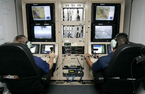 Un poste de pilotage de drones. Photo via.