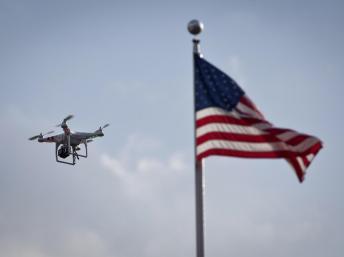 Fin août, à New York, un paparazzi utilise un drone pour prendre des photos de la chanteuse Beyoncé. REUTERS/Carlo Allegri
