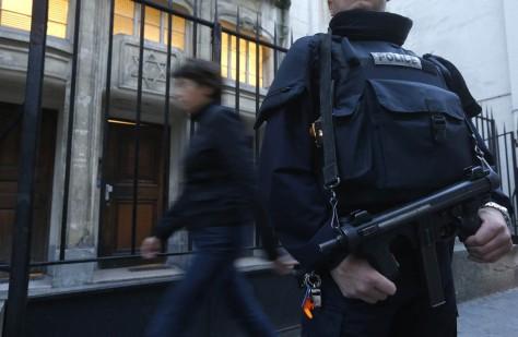 Un policier surarmé devant une synagogue à Paris. D. R.