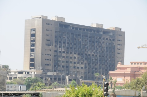 Bâtiment du gouvernement incendié au Caire.