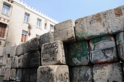 Un mur au Caire, protégeant  l'ambassade américaine.