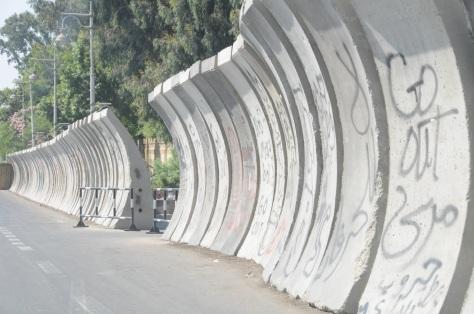 Murs de protection des édifices gouvernementaux.