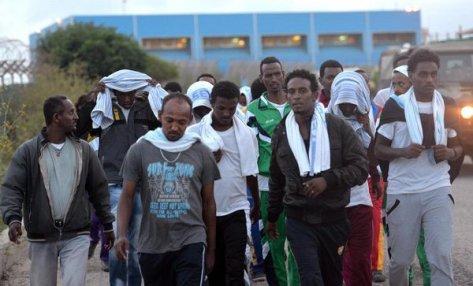 Un groupe de survivants du bateau naufragé près des côtes de Lampedusa, la semaine dernière, où des centaines de passagers sont morts noyés – Photo : EPA/Ettore Ferrari