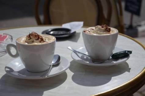 Deux_cafés_viennois_servis_en_terrasse