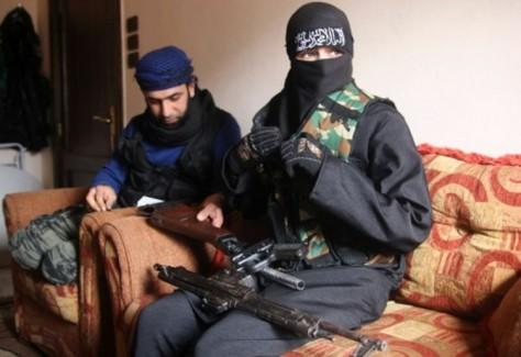 islamiste-djihadiste-sexe-femme-syrie-kalachnikov