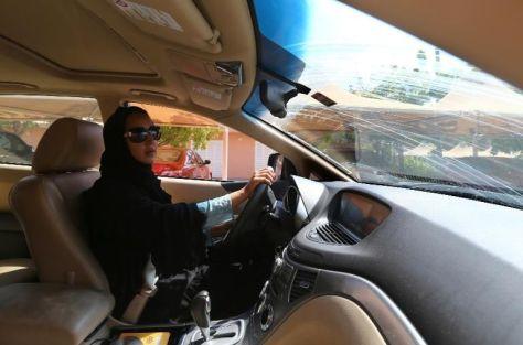 l-activiste-saoudienne-manal-al-sharif-conduit-une-voiture-a_1322514