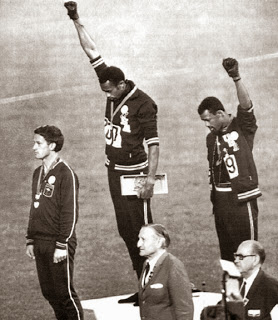 Tommie_Smith_leve_le_poing_Mexico
