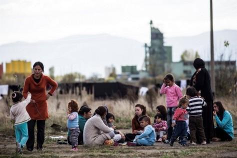 De nombreux migrants qualifiés de « clandestins » sont en fait des demandeurs d'asile, comme ce groupe de Syriens réunis devant un centre d'accueil en Bulgarie