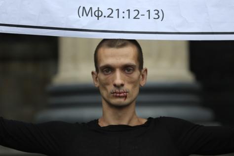 Piotr-Pavlenski-artiste-Russe-se-cloue-les-testicules-sur-la-place-Rouge-à-Moscou