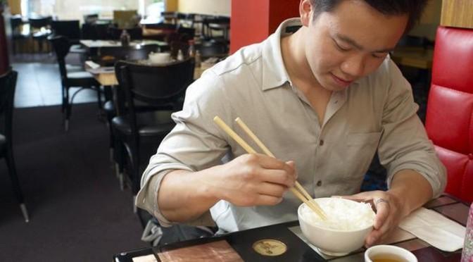 Il réussit à manger gratuitement dans les salons VIP de l'aéroport pendant un an
