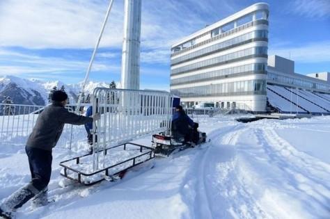 520619_des-ouvriers-preparent-le-champ-de-tir-de-laura-le-centre-de-biathlon-et-de-ski-de-fond-des-jo-2014-de-sotchi-le-3-fevrier-2013