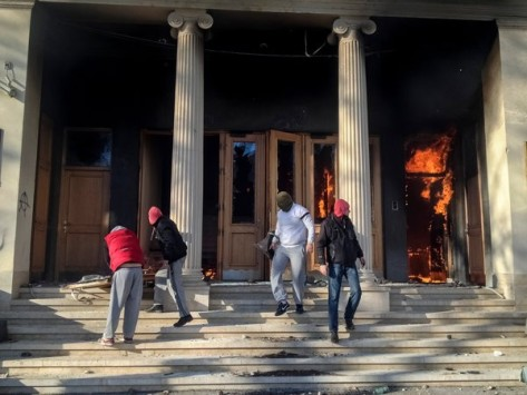 Des manifestants incendient des édifices gouvernementaux à Sarajevo la semaine dernière. Les protestations contre le chômage et les manœuvres bâclées de privatisation ont conduit à des affrontements avec la police dans certaines villes. Photo Ziyah Gafic pour le New York Times