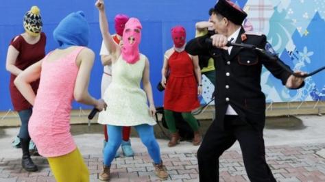 pussy-riot-milice-cosaque-attaque-groupe