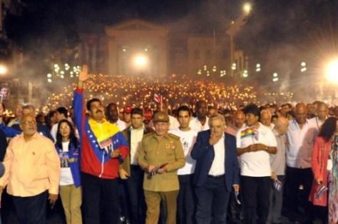 Marche aux flambeaux du peuple de La Havane accompagné de plusieurs présidents latino-américains pour rendre hommage à José Marti, penseur de l'unité et de la souveraineté latino-américaines. 27 janvier 2014.  Photo : Marcelino VAZQUEZ HERNANDEZ.