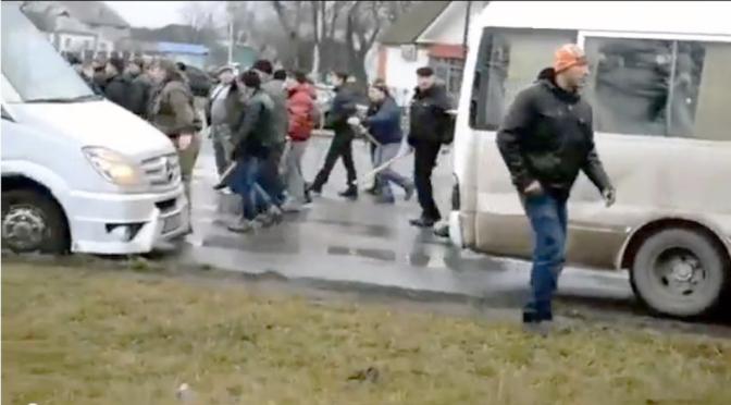 Ukraine : Les habitants d'une ville interceptent des bus de manifestants se dirigeant  vers Kiev