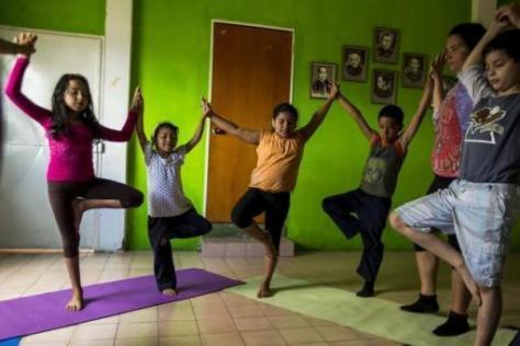 Des adeptes du yoga dans un Barrio de Caracas